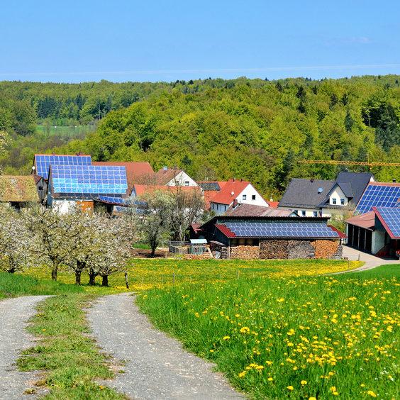 Dorf mit Solardächern